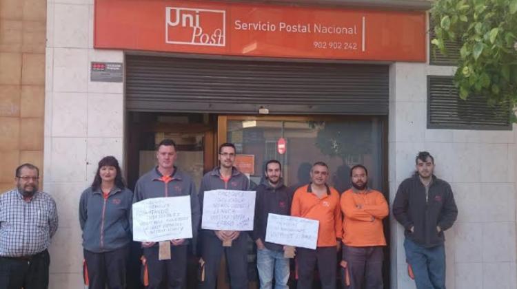 Trabajadores en la puerta de la empresa en Huelga. M.A.B. Diario Guadalquivir