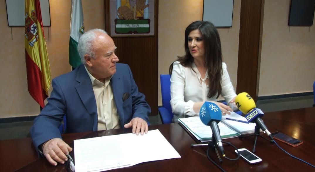 La de Educación, Cultura y Deporte, Yolanda Caballero, junto a Diego Valero, presidente de la Fundación Banco de Alimentos de Jaén.