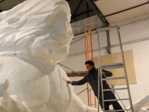 El artista Alberto Molino esculpiendo al dios Zeus