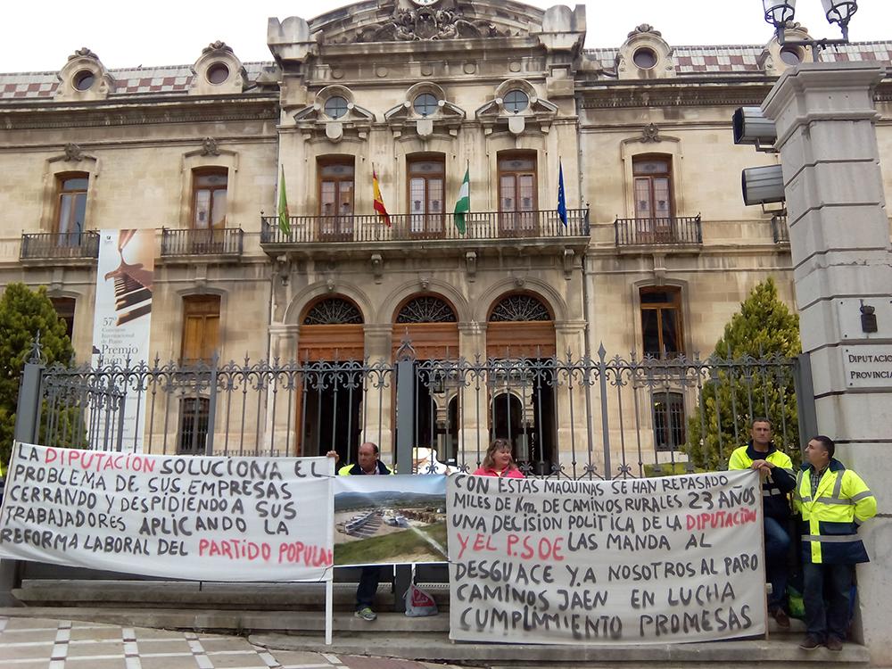Concentración de trabajadores de Caminos Jaén frente a la Diputación