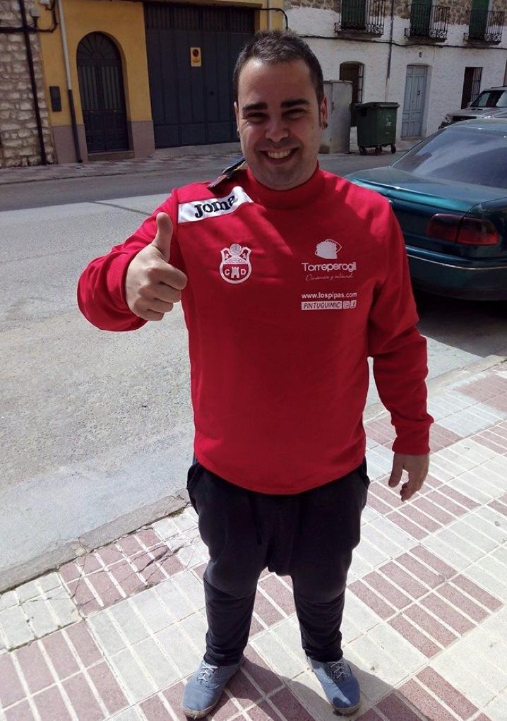 Juanma Jiménez recibiendo el regalo del CD Torreperogil