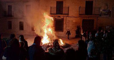 La localidad de Rus revive sus tradicionales hogueras de San Antón