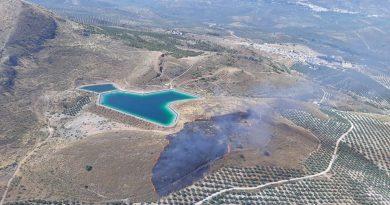 Tres helicópteros trabajan en un incendio forestal declarado en Bedmar (Jaén)